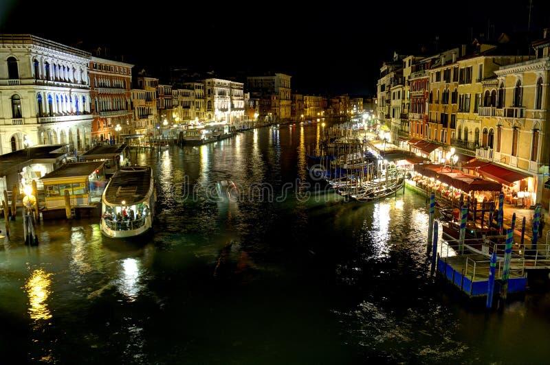 Grand Canal nachts von Venedig nachts mit viel der Tätigkeit stockfotos