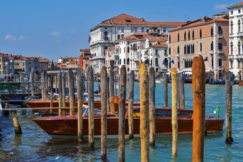 Grand Canal no estacionamento do barco de Veneza fotografia de stock