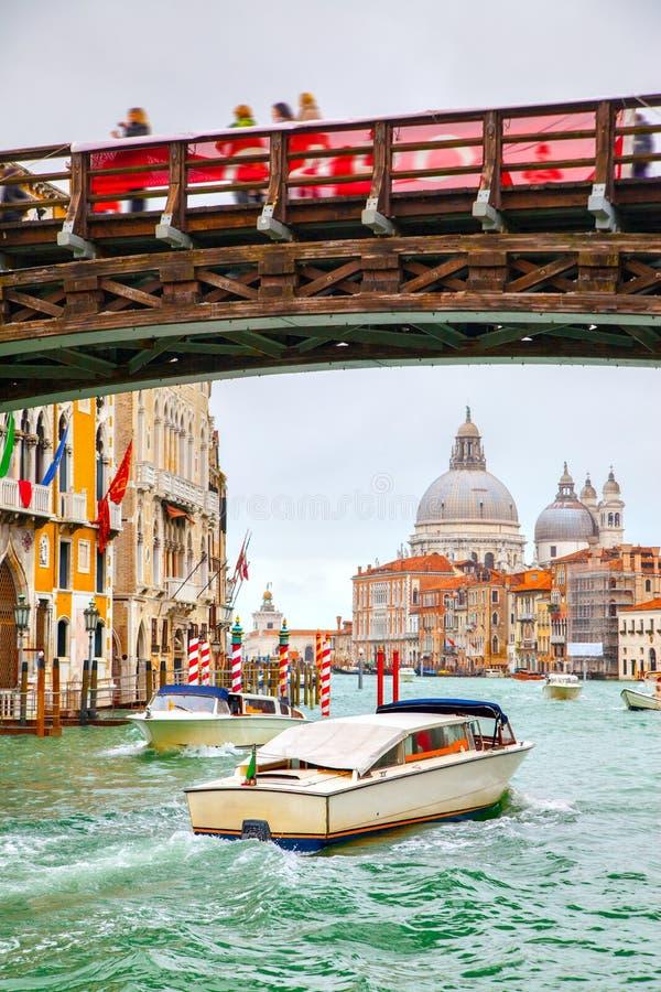 Grand Canal och Ponte dell` Accademia royaltyfria foton