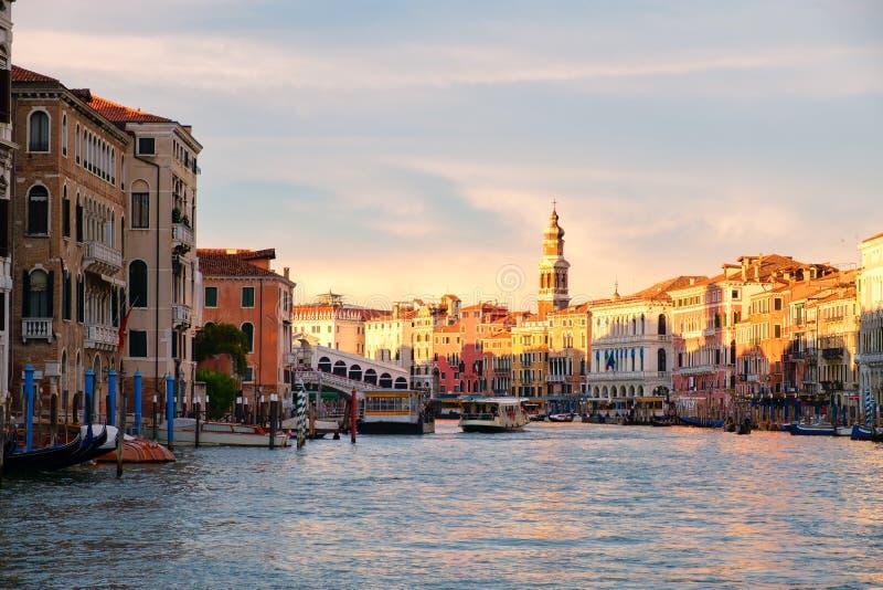 Grand Canal perto da ponte de Rialto em Veneza imagem de stock royalty free