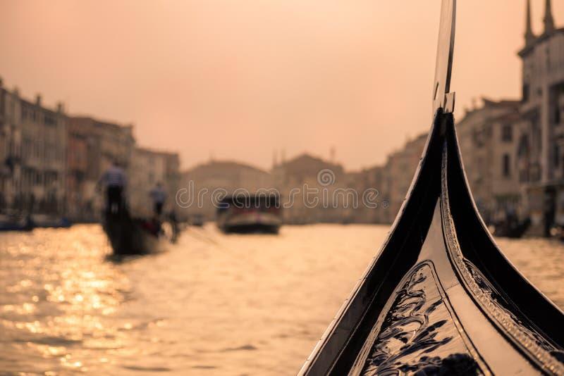 Grand Canal sikt från gondolen - Venedig, Italien royaltyfria bilder