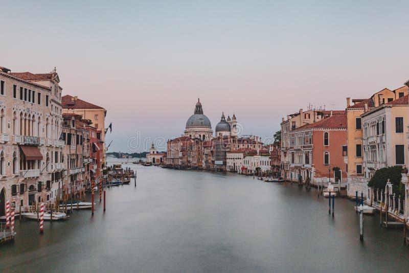 Grand Canal - und Santa Maria della Salute-Kirche an der Dämmerung in Venic lizenzfreie stockfotografie