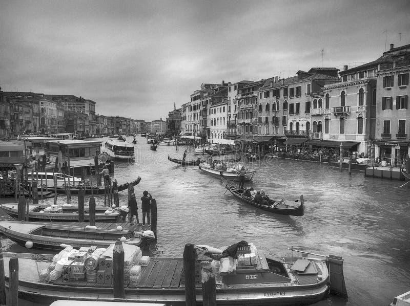 Grand Canal Venedig gondoler b arkivfoto
