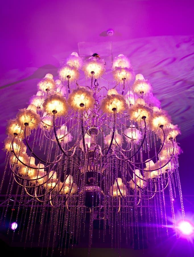 Grand candélabre dans un hall de mariage photographie stock libre de droits