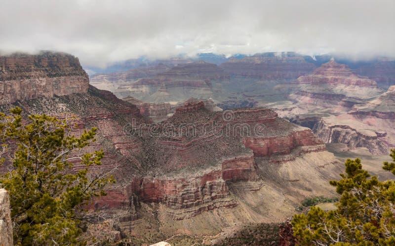 Grand Canyon, Arizona, Etats-Unis Donnez sur des roches rouges, fond de ciel nuageux photo libre de droits