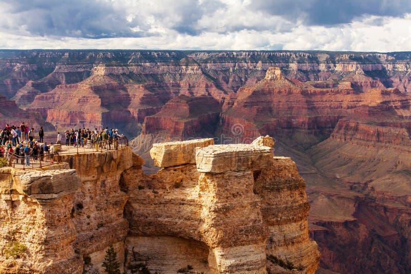 GRAND CANYON, EUA - 18 DE MAIO DE 2016: Parque nacional de Grand Canyon da vista cênico, o Arizona, EUA Povos do turista imagens de stock royalty free