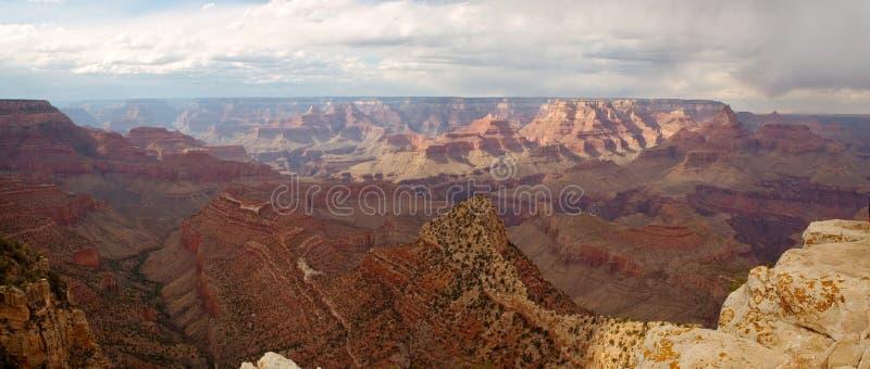 Grand Canyon mit Panorama der bewölkten Himmel lizenzfreie stockfotos