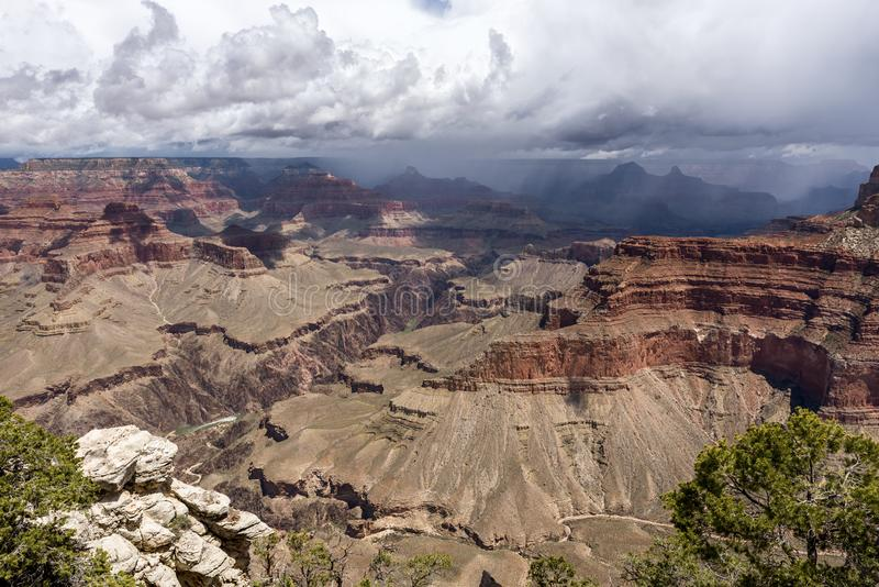 Grand Canyon - panoramisk syn med moln, Arizona, Förenta staterna royaltyfri fotografi