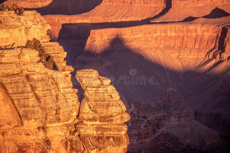 Grand Canyon, Południowy obręcz Arizona Słońce wzrasta nad jarem, tworzący zadziwiać barwi i zaświeca zdjęcia stock