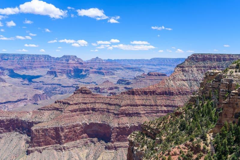 Grand Canyon synvinkel Mather Point till den Grand Canyon nationalparken - loppdestination i den Grand Canyon byn, Arizona - royaltyfria bilder
