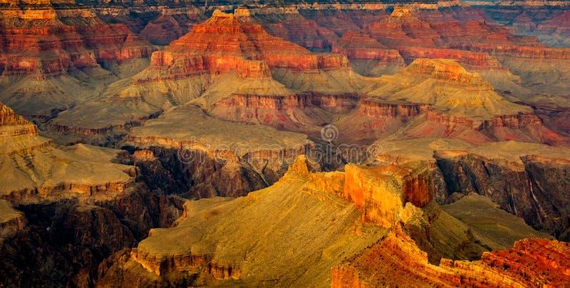 Grand- Canyonlandschaftsdetailansicht mit dunklem Kontrast und Farbe stockfotografie
