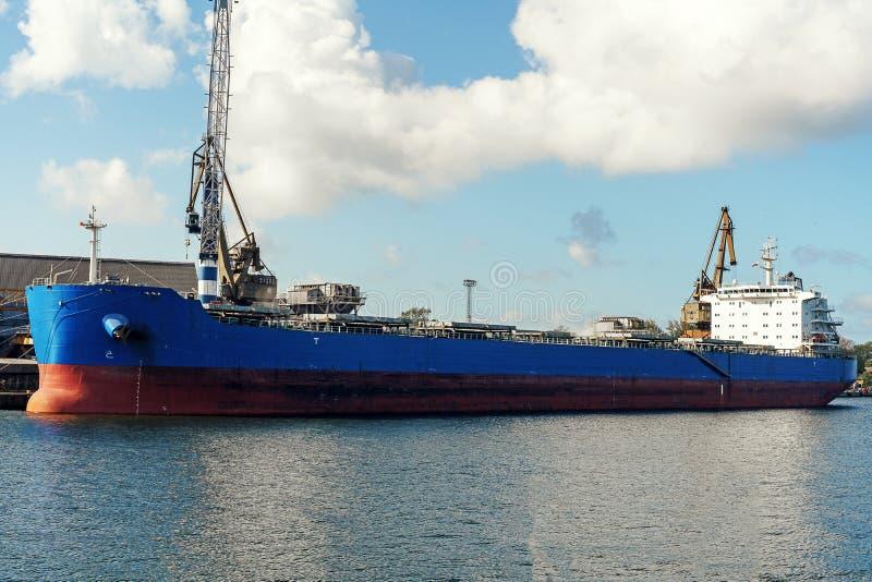 Grand cargo bleu de bulker amarr? dans le port de cargaison pendant l'op?ration de cargaison photographie stock libre de droits
