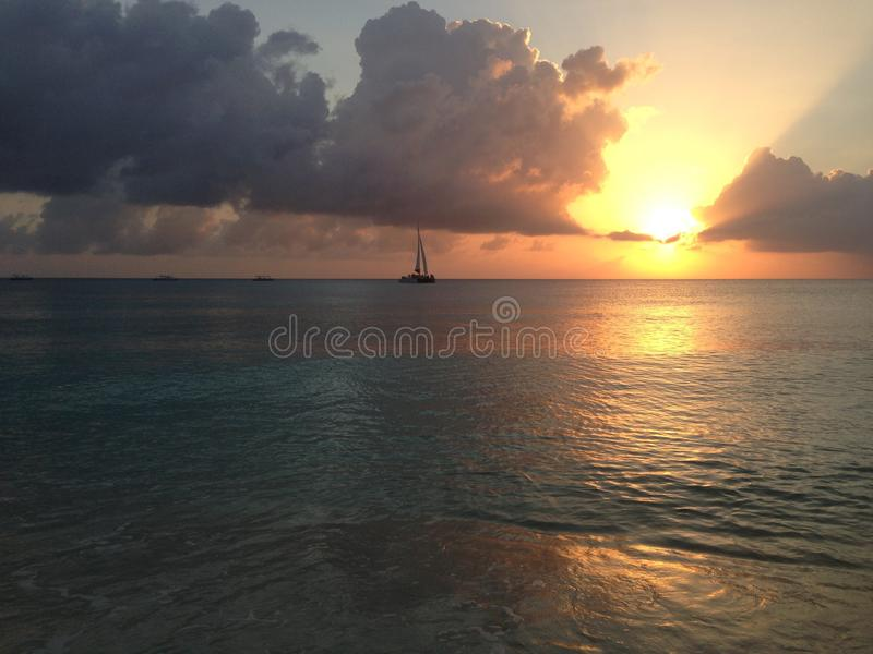 Grand Cayman Sonnenuntergang lizenzfreie stockfotografie