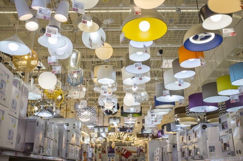 Grand centre d'un bon nombre de offre de Leroy Merlin Store de lustres photo libre de droits
