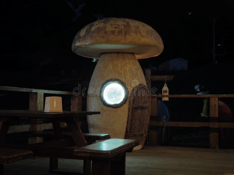 Grand champignon blanc avec la porte et lumi?re dans une fen?tre ronde photographie stock