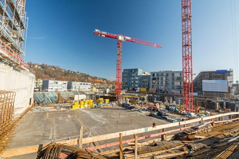 Grand chantier de construction avec la base, les grues et le matériau de construction de finition photographie stock