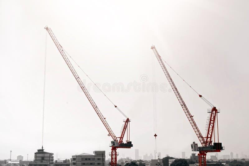 Grand chantier de construction comprenant plusieurs grues travaillant à un complexe de bâtiment photographie stock
