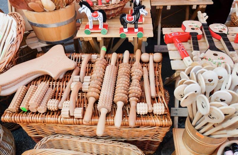Grand choix des dispositifs et de la vaisselle de cuisine en bois de massage à vendre chez Dolac, le marché des agriculteurs cent photos stock