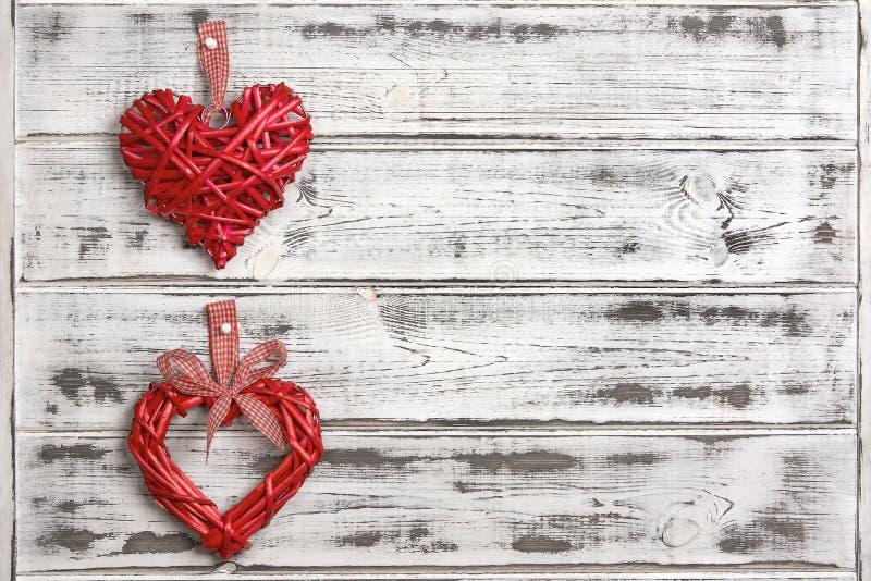 Grand coeur deux rouge sur le fond blanc de conseils en bois, jour du ` s de Valentine, vacances de l'amour images stock
