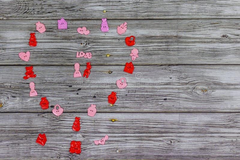 Grand coeur fait de petits jouets colorés Sur le fond en bois Vacances, Saint-Valentin image stock