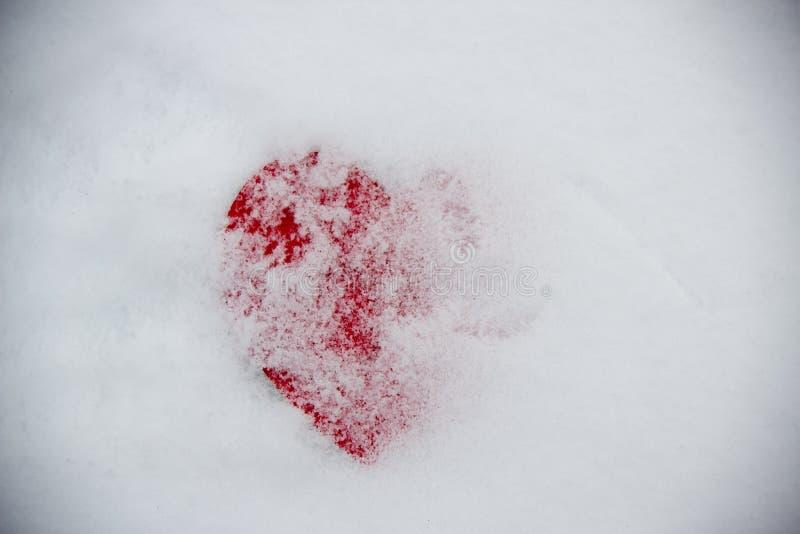 Grand coeur rouge dans le symbole de neige image stock