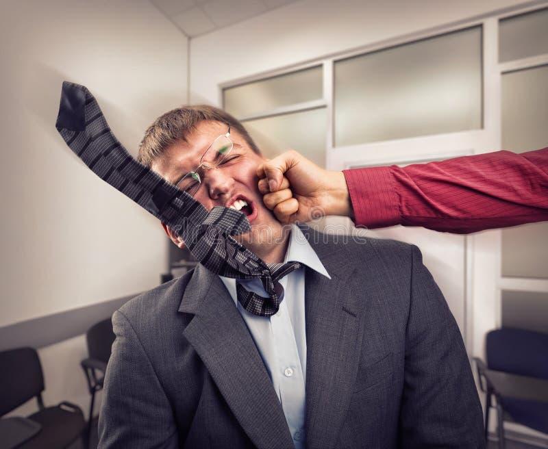 Grand combat dans la chambre de bureau photographie stock libre de droits
