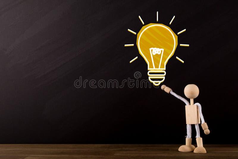 Grand concept d'idée, grand croquis jaune d'ampoule et chiffre en bois de bâton se dirigeant à l'ampoule image stock