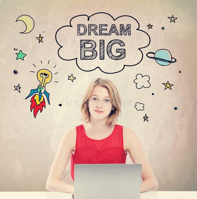Grand concept rêveur avec la jeune femme avec l'ordinateur portable image libre de droits