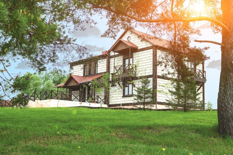 Grand cottage dans une clairière de forêt de pin Arbre dans le domaine images stock