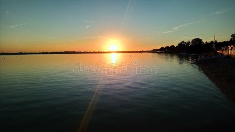 Grand coucher du soleil de bord de la mer en Pologne image libre de droits
