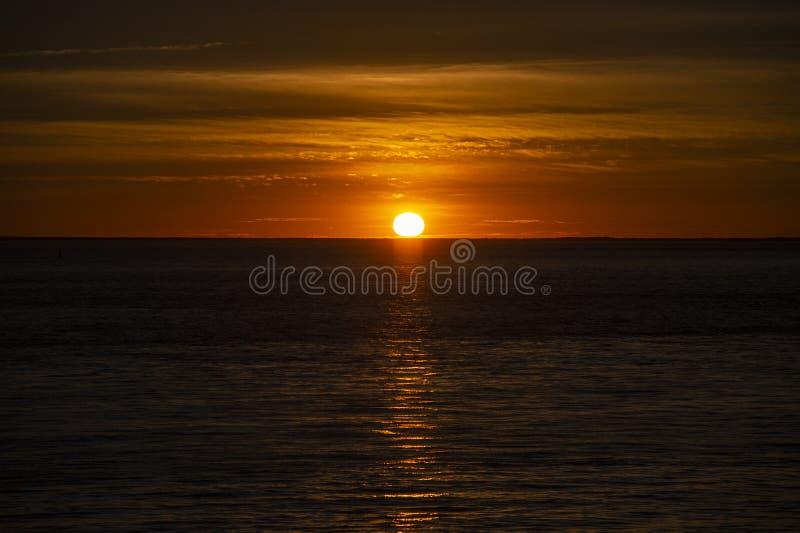 Grand coucher du soleil orange au-dessus de l'océan, France image stock
