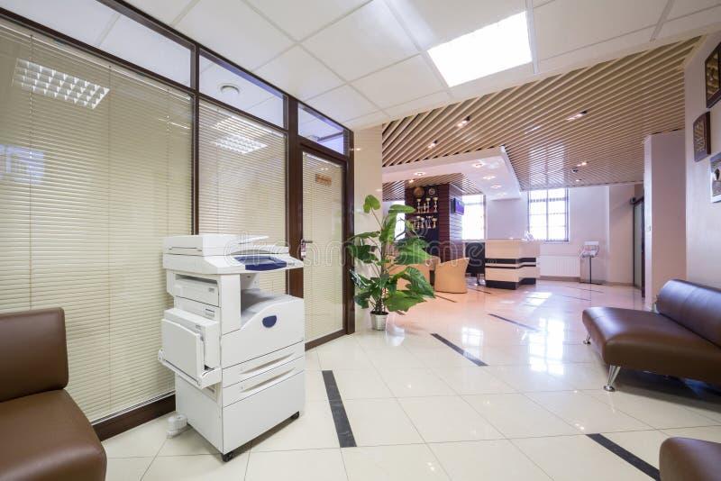 Grand couloir près de réception à la société commerciale photos libres de droits