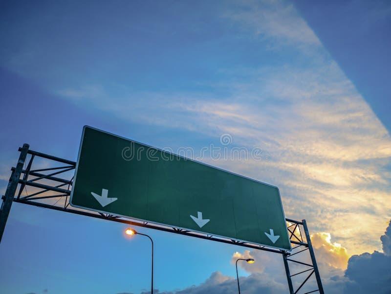 Grand courrier de guide du trafic sur la route photos libres de droits