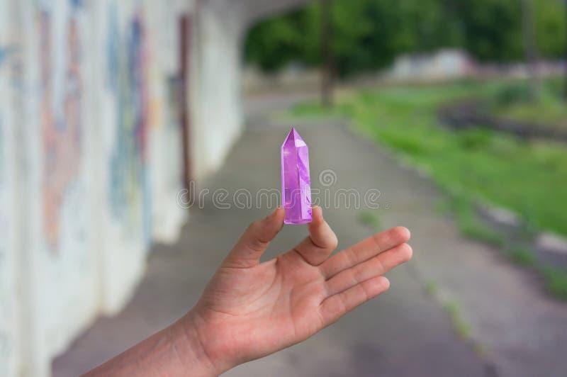 Grand cristal facetté mystique transparent d'améthyste lilas colorée, plan rapproché léger disponible de fond de chalcedony photo libre de droits