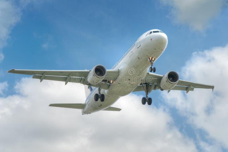 Grand décollage d'avion à réaction images stock