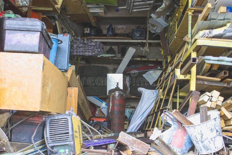 Grand désordre dans un garage suburbain plus de bourré photo libre de droits