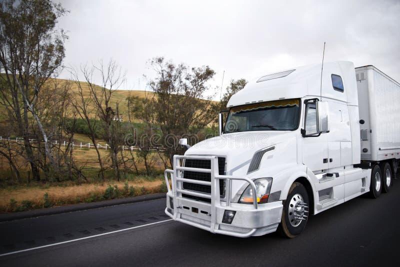 Grand d'installation camion semi avec le Se de transport de butoir de protection de gril photo stock