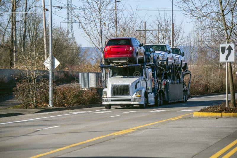 Grand d'installation de voiture de transporteur camion semi transportant des voitures sur la remorque de deux niveaux semi condui images stock