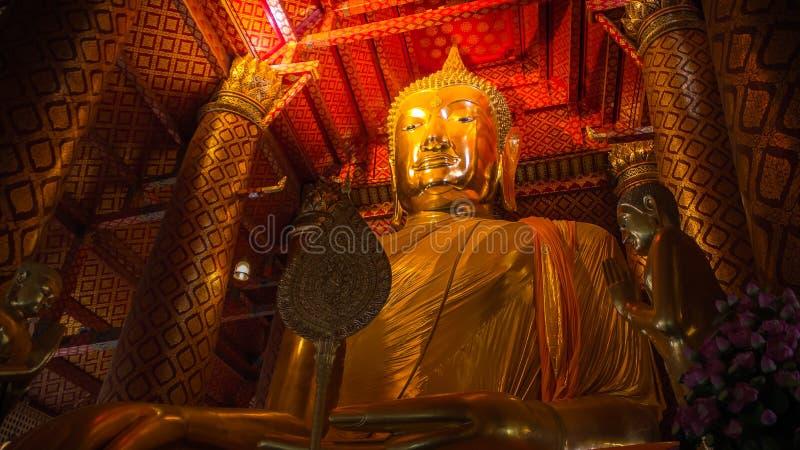 Grand or de Bouddha dans le vieux temple de la Thaïlande photos libres de droits