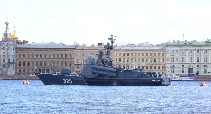 Grand ` de Dimitrovgrad de ` de bateau de missile dans le Neva photographie stock libre de droits