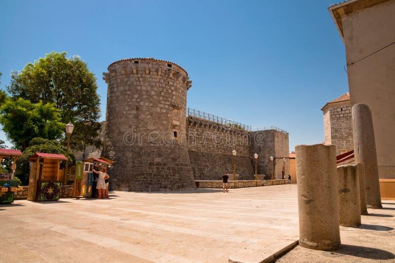 Grand dos à la forteresse de Frankopan et à peu de systèmes chez Krk Croatie photo libre de droits