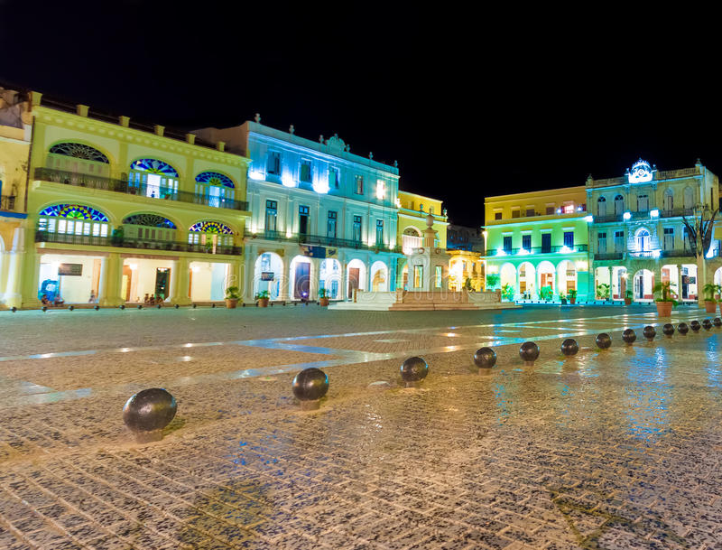 Grand dos à vieille La Havane illuminée la nuit photographie stock