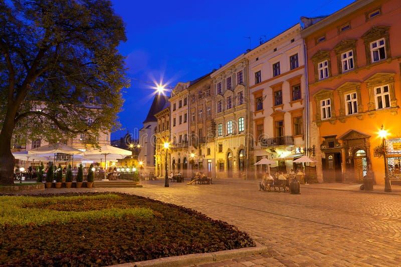 Grand dos dans la vieille ville européenne Lvov image stock
