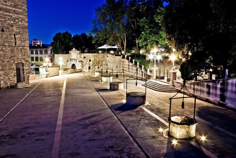 Grand dos de cinq puits dans Zadar, égalisant la vue photo libre de droits