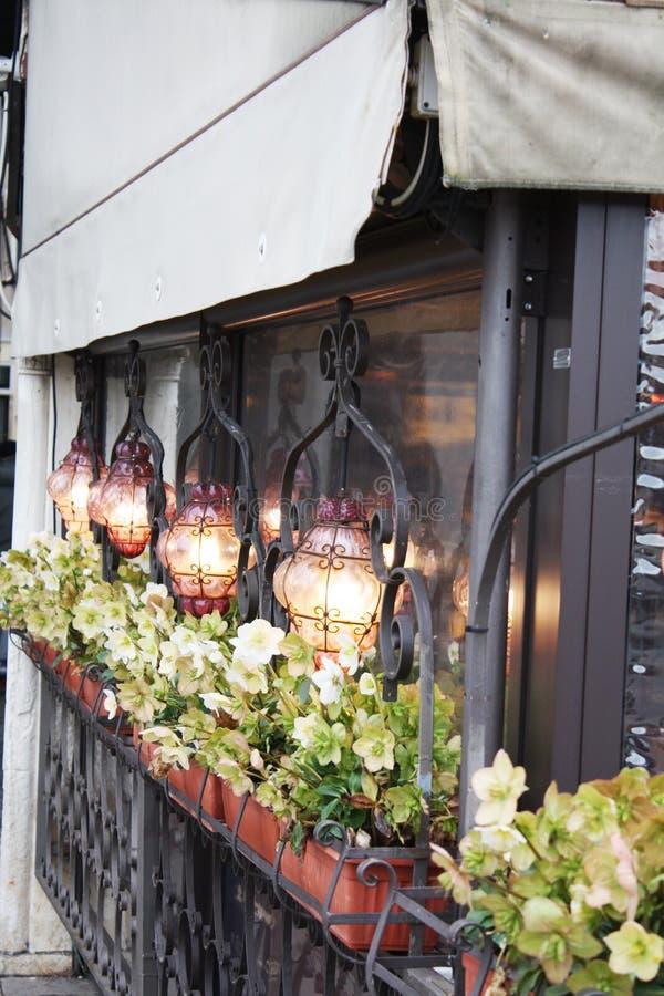 Grand dos de Venise San Marco S'allumant dans un café, restaurant Détails extérieurs image libre de droits