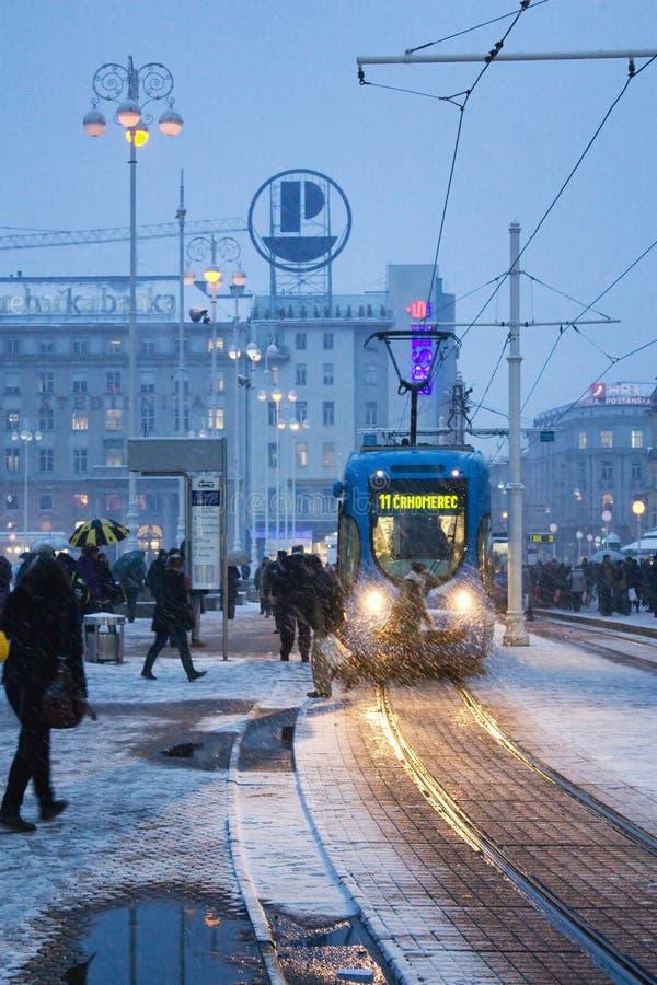 Grand dos de ville en tempête de l'hiver la nuit image libre de droits