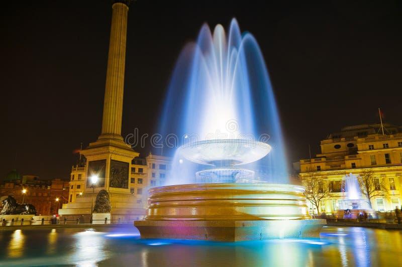 Grand dos lumineux de Trafalgar la nuit 2 photo libre de droits