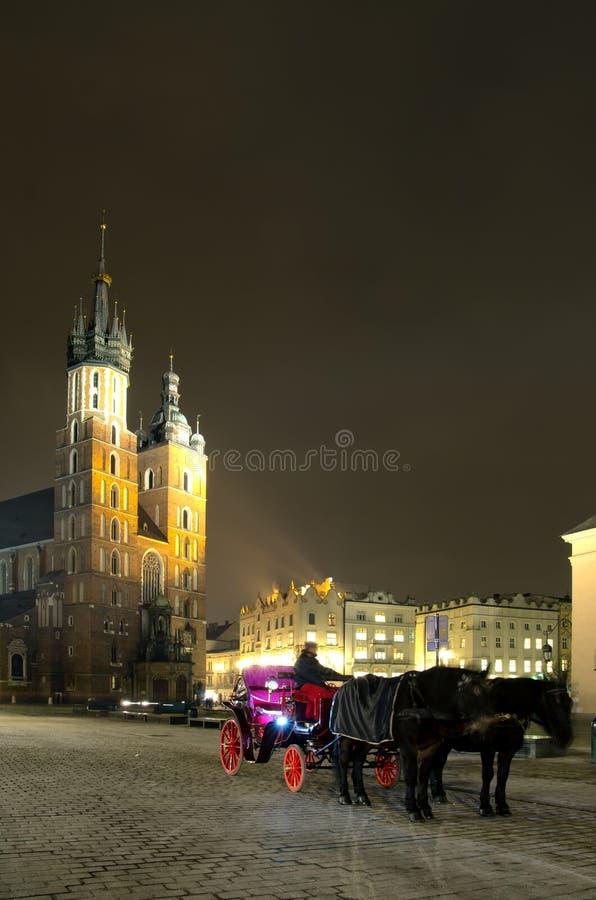 Grand dos principal du marché de Rynek par Night, Cracovie, Pologne photo libre de droits