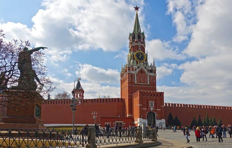 Grand dos rouge ? Moscou Vue de la tour de Spasskaya de Kremlin image stock