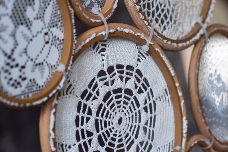 Grand Dreamcatcher blanc connectedknitting, décor fait main - concept photos libres de droits